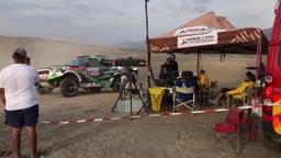 Zo zie de Dakar Rally het allerbest: middenin de duinen