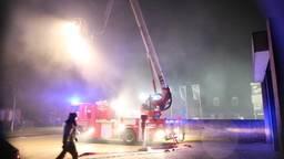 Grote uitslaande brand bij garage in Reusel