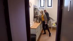 Wim rijdt met bakfiets en deelt twee keer per week soep uit aan daklozen