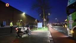 Tientallen boeren blokkeren de weg bij het distributiecentrum van Albert Heijn in Tilburg