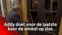 Addy van den Krommenacker doet de deur van zijn winkel voor de laatste keer op slot