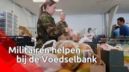 Militairen helpen mee bij de Tilburgse Voedselbank.