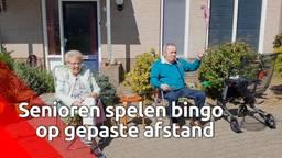 Senioren spelen een potje bingo in hun eigen hofje