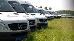 Taxibusjes worden schoongespoten, want het leerlingenvervoer gaat weer beginnen