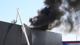 Grote brand bij transportbedrijf in Hapert, dikke rook van ver te zien
