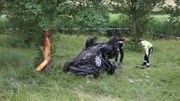 Auto raakt van de weg en slaat over de kop op A59 bij Fijnaart