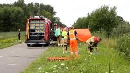 Auto rijdt kanaal in bij Veghel, bestuurder gereanimeerd