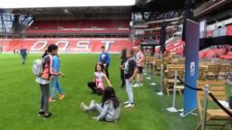 Kinderen testen corona-afstandsmeter in Philips Stadion