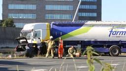 Vrachtwagen ramt lantaarnpaal en vangrail: A59 dicht