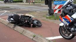 Scooter geramd door trein op overweg in Geldrop