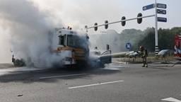 Vrachtwagen en auto vliegen in brand na botsing, gewonde naar het ziekenhuis