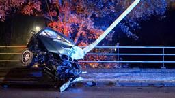 Automobilist blijft wonderwel ongedeerd na frontale botsing tegen lantaarnpaal