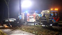 Auto raakt van de weg en botst frontaal op boom bij Boxtel