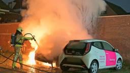 Twee auto's branden uit in Breda, vuurwerk mogelijk de oorzaak