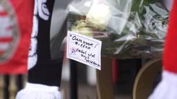 Bloemen en sjaals bij PSV ter ere van Harry van Raaij