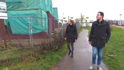 Margit en Jeroen bij hun hoofdpijnhuizen in Helmond.