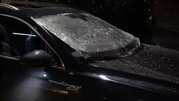 Auto in Oss verwoest met zwaar vuurwerk: 'Het dakraam werd uit het dak geblazen'