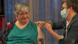 Arts Lyan vaccineert eerste bewoners van verpleeghuis in Veghel