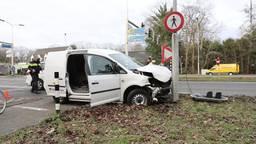 Kapotte stoplichten in Vught: twee auto's botsen op kruispunt