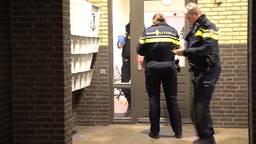 Een bewoner van een appartement aan de Oostwal is dinsdag net na middernacht thuis overvallen.