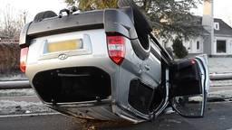 Auto belandt op de kop op Bredaseweg in Chaam