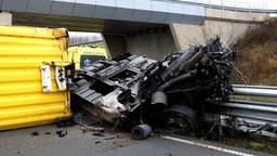 Vrachtwagen breekt na knal tegen brugpijler, chauffeur raakt ernstig gewond