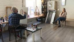 Zorgmedewerkster Nelie Braspenning wordt vereeuwigd op schildersdoek.