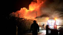 Uitslaande brand verwoest loods met hout en hooi in Gemert.