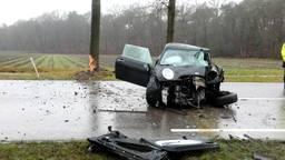 Vrouw (42) rijdt tegen boom in Ossendrecht en raakt ernstig gewond