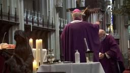 Op deze manier wordt het askruisje uitgereikt in de Sint Jan
