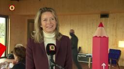 Minister Ollongren komt kijken hoe coronaveilig er in Herpt gestemd wordt.