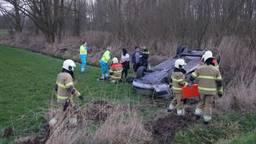 Twee vrouwen zijn met de auto waarin ze zaten ondersteboven in een weiland beland aan de Polderweg bij Oudheusden. De bestuurder van de wagen is met de ambulance naar het ziekenhuis gebracht.