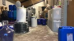 De loods in het centrum van Veghel waar maandagavond een drugslab werd ontdekt bestaat uit twee ruimtes: bekijk hier de beelden.