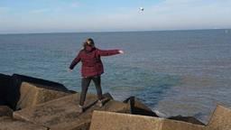 Jenny Groenendijk uit Helmond kreeg de verrassing van haar leven. De flessenpost met wensen die zij in Scheveningen in zee had gegooid, werd binnen de kortste keren gevonden…. in Engeland, 180 kilometer verderop.