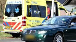 Fietser zwaargewond na botsing met auto in Halsteren