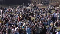 Politie stuurt honderden mensen weg uit Spoorpark in Tilburg vanwege enorme drukte