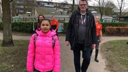 De 14-jarige Georgina haalt geld op de actie 'Sta(p) voor de zorg'.