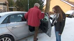 Paul (85) kan dankzij rijschoolhouder Wilco zijn coronaprik halen