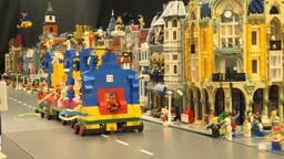 De LEGO-optocht in Goirle 'trekt' door de straat.