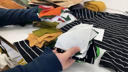 Studenten make kleding met hondenhaar, lapjes en touw