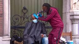Leo kreeg een kappersset en helpt nu andere daklozen van hun coronakapsel af