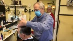82-jarige kapper Jan zit 65 jaar in het vak en knipt maar door.