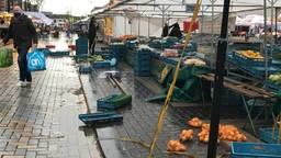 Harde wind zorgt voor schade op weekmarkt Helmond