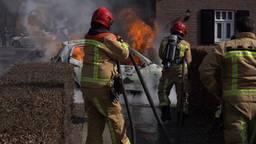 Auto vliegt spontaan in brand in Nuenen