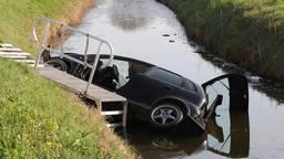 Jonge bestuurder ramt boom en eindigt gewond in het water van Nieuwendijk