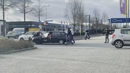 De man werd meegenomen op de motorkap.