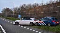 Marechaussee rijdt auto klem op A16 bij Rijsbergen