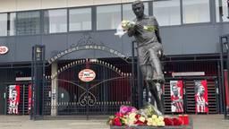 Bloemen bij PSV-stadion voor overleden clubicoon Willy van der Kuijlen