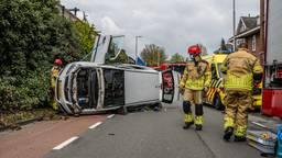 Moeder en twee kleine kinderen belanden met auto op de kant in Tilburg