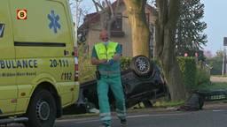 Een auto is dinsdagochtend over de kop geslagen aan de Tol in Klundert. De drie jonge mannen die in de auto zaten zijn naar het ziekenhuis gebracht.